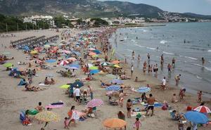 Rescatan a una mujer con síntomas de ahogamiento en una playa de Alcossebre