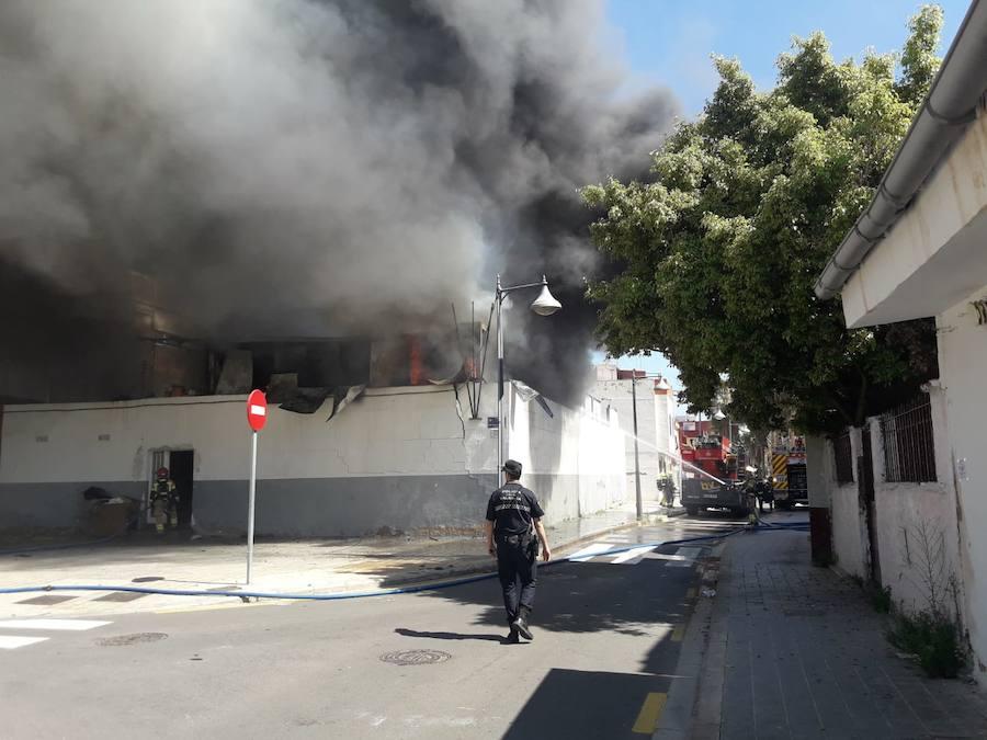 El incendio de una casa prefabricada en Nazaret obliga a desalojar un colegio y una guardería