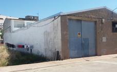 Noventa temporeros rumanos viven hacinados en naves industriales de Ciudad Real