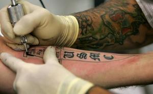 La OCU advierte sobre los riesgos de los tatuajes en la salud