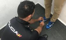 Grababa con una cámara oculta en las zapatillas por debajo de la falda de las clientas de un centro comercial de Valencia