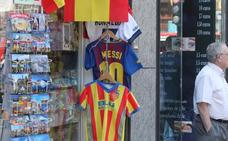 Varias tiendas de recuerdos del centro venden camisetas falsificadas del Valencia