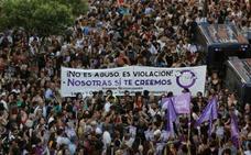Miles de manifestantes protestan contra la libertad de 'La Manada'