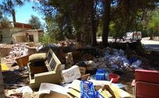 Montañas de escombros y muebles se acumulan junto al polígono 3 de Moncada
