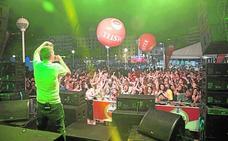 La hoguera Port d'Alacant disfruta del concierto del rapero alicantino Arkano