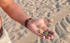 Buscadores de tesoros en la arena de Valencia