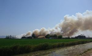 Arde una fábrica de maderas en Sollana y se recomienda a los vecinos que aíslen sus viviendas