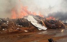 El incendio del almacén de madera de Sollana sigue sin control tras 18 horas