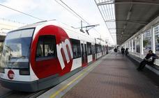 Una mujer amenaza a dos chicos por besarse en el tranvía en Valencia y añade: «Arderéis en el infierno»