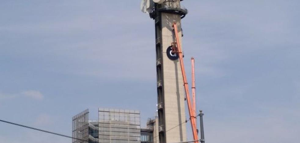 Colocan el logo de À Punt en la torre del centro de Burjassot