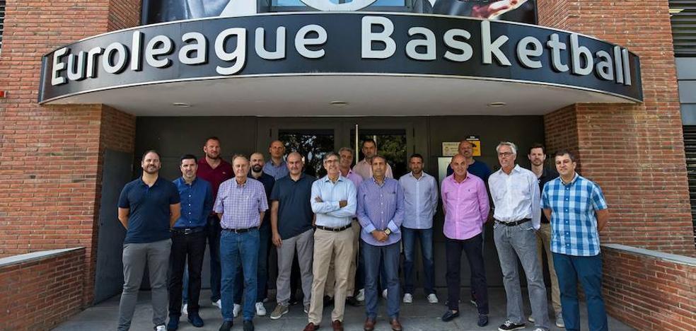 El técnico del Valencia Basket comparte mesa con Jordi Bertomeu o Luis Casimiro