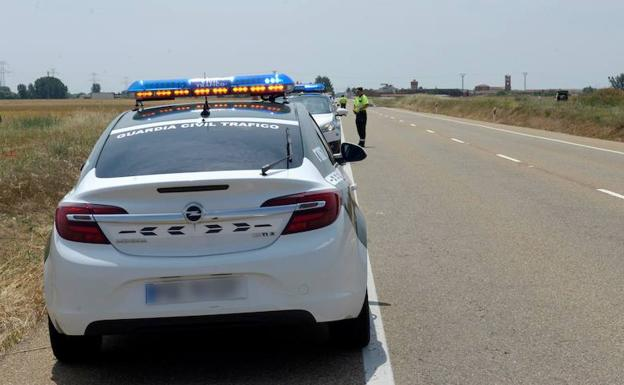 Patrullas de la Guardia Civil en el lugar de un accidente./EFE/J.Casares