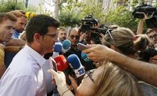 Jorge Rodríguez, aplaudido y abrazado a su llegada al Ayuntamiento de Ontinyent