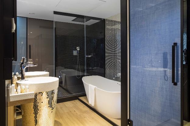 Mamparas y bañera de la empresa Profiltek.   LP 79dd5cb5e1eb