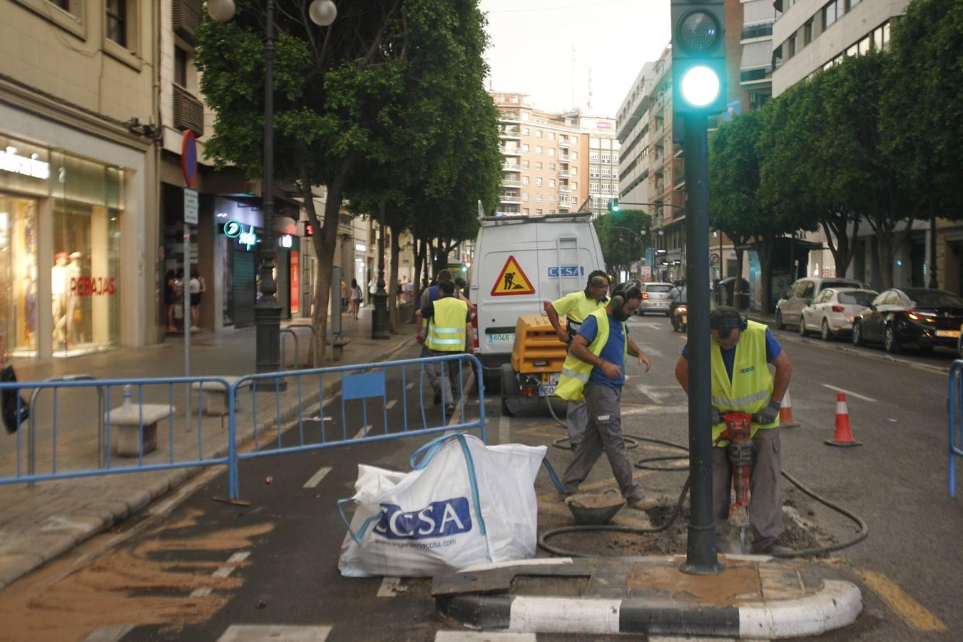 El reventón de una tubería inunda un tramo de la calle Colón de Valencia