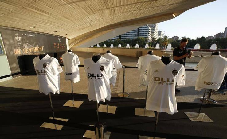 El Valencia CF presenta su equipación para el Centenario
