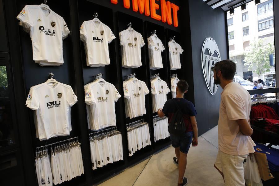 Fotos del primer día de venta de la nueva equipación del Valencia CF por el Centenario