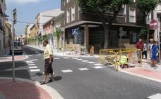 Los coches vuelven a circular por la calle Colón de Dénia mientras los peatones sortean obreros