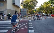El Ayuntamiento de Valencia baja a la calzada el carril bici frente al Hospital Clínico