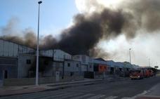 Un incendio en el polígono La Cova de Manises afecta a seis naves industriales