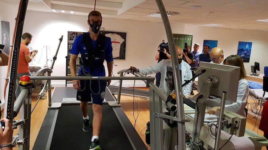 Los jugadores del Valencia CF se someten a los reconocimientos físicos del inicio de la pretemporada
