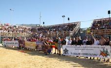 Un centenar de personas se concentra en Dénia a favor de los bous a la mar en una plaza abarrotada