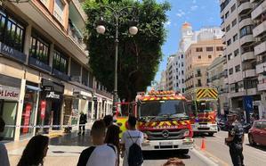 Un incendio en una tienda de calzado deportivo de la calle Colón obliga a cortar un carril al tráfico