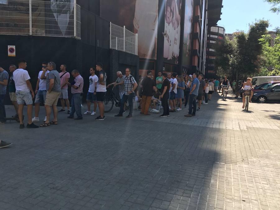 Fotos de las colas en Mestalla para cambiar de ubicación los abonos