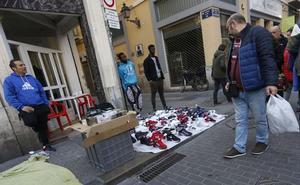 Los comercios de las calles tomadas por manteros pagan hasta 4.000 euros de IBI