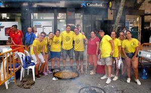 Darrere cocina la mejor paella de la Festa Major