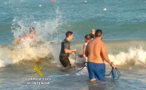 La Guardia Civil «se moja de verdad» para salvar la vida de dos bañistas en Chilches