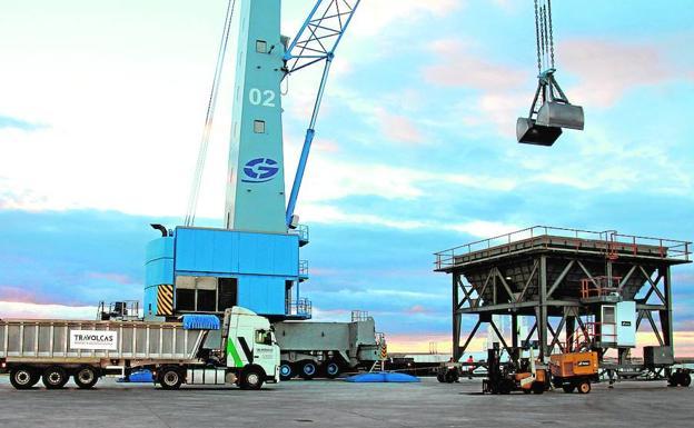 Uno de los camiones de la entidad en el puerto de Castellón. /