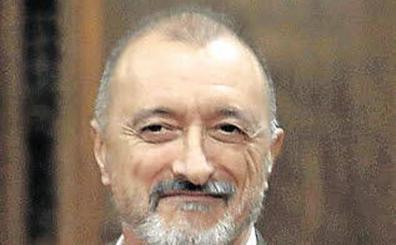 Arturo Pérez-Reverte amenaza con dejar la RAE si se revisa la Constitución para adecuarla al lenguaje inclusivo