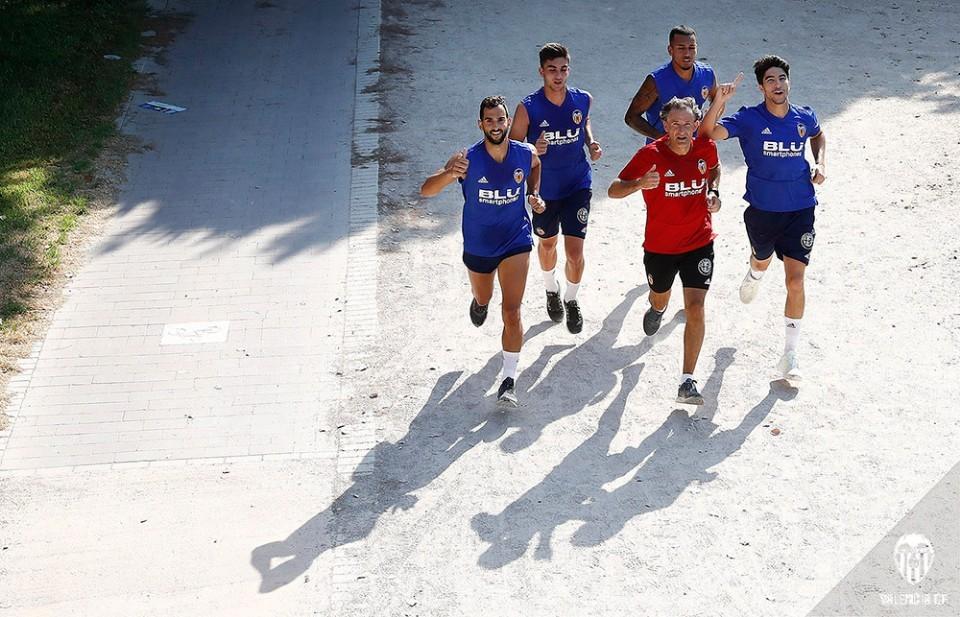 Los jugadores del Valencia CF se entrenan en el cauce del Turia
