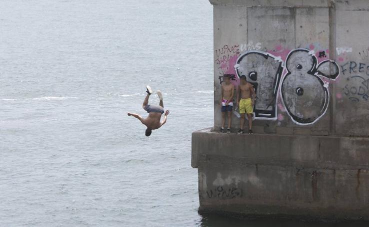Peligrosos saltos desde el espigón de la Marina de Valencia