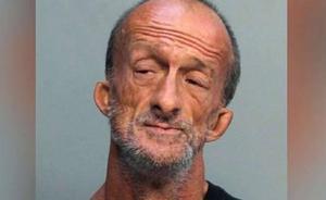 Un indigente sin brazos clava unas tijeras a un turista en Miami