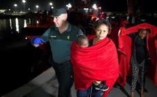 Casi 400 inmigrantes rescatados de trece pateras en las costas andaluzas