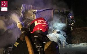 Muere un camionero al volcar su vehículo e incendiarse en Nules