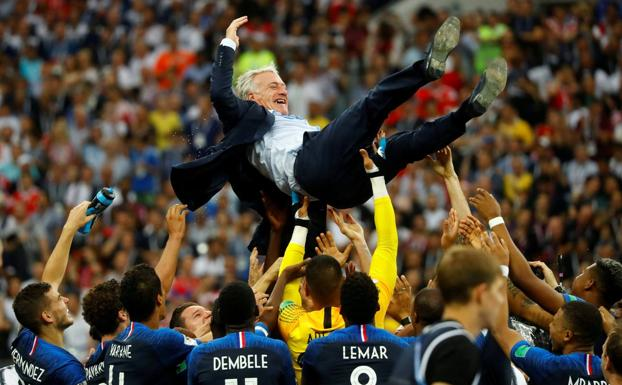 Didier Deschamps, manteado por sus futbolistas. /Reuters
