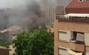 Un incendio en la avenida de la Constitución sobresalta a los vecinos