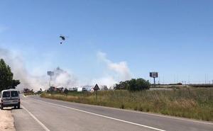 El viento vuelve a activar el incendio en la fábrica de reciclaje de Silla