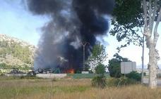 Un incendio en una chatarrería obliga a cortar la CV-600