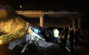 Un conductor muere al chocar en un puente y caer a las vías del tren en Massamagrell
