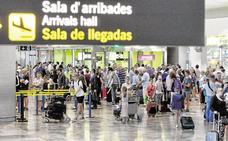 Los perros de la Policía localizan 118 pastillas de anfetaminas en el aeropuerto de Alicante