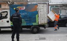 La policía escolta camiones de limpieza en la zona degradada del Cabanyal
