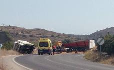 El vuelco de un tráiler y una camioneta obliga a cortar la carretera entre Pego y Oliva
