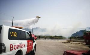 Los bomberos consiguen controlar el incendio de Pedreguer y evitan que el fuego llegue a una gasolinera