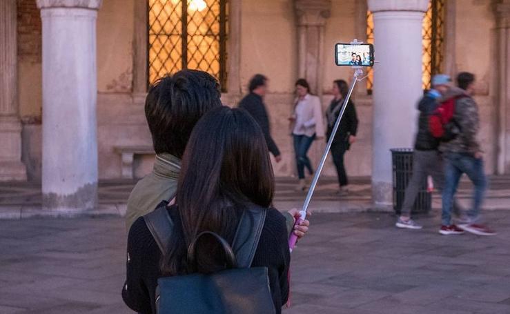 Los 15 lugares del mundo en los que está prohibido el palo selfie