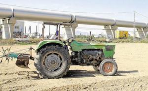Muere un joven de 21 años al quedar atrapado tras volcar su tractor en Alfarp