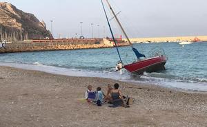 Un velero sin dueño encalla en la playa de la Grava de Xàbia